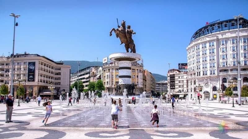 Üsküp gezilecek yerler Makedonya Meydanı